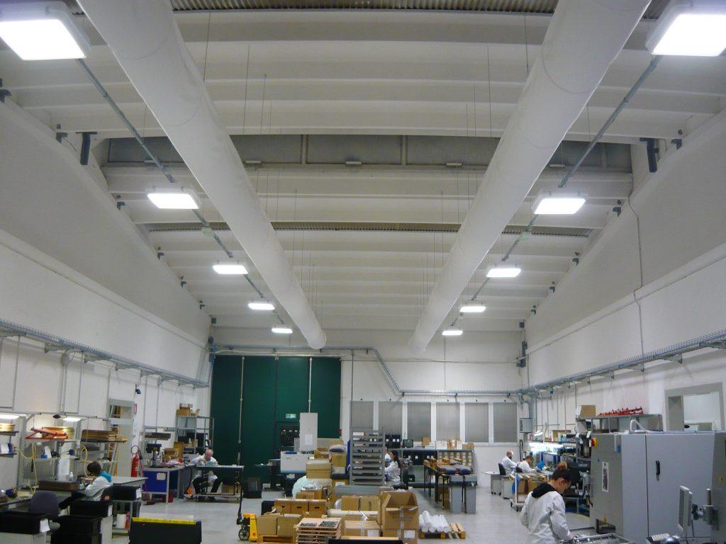 Illuminazione capannoni industriali lampade a led - Esempi di illuminazione a led per interni ...