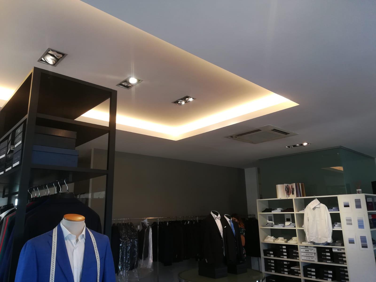 Illuminazione Controsoffitto di Negozio con Barre LED e Faretti